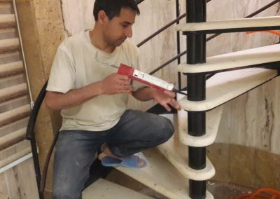اجرای پله گرد چوبی