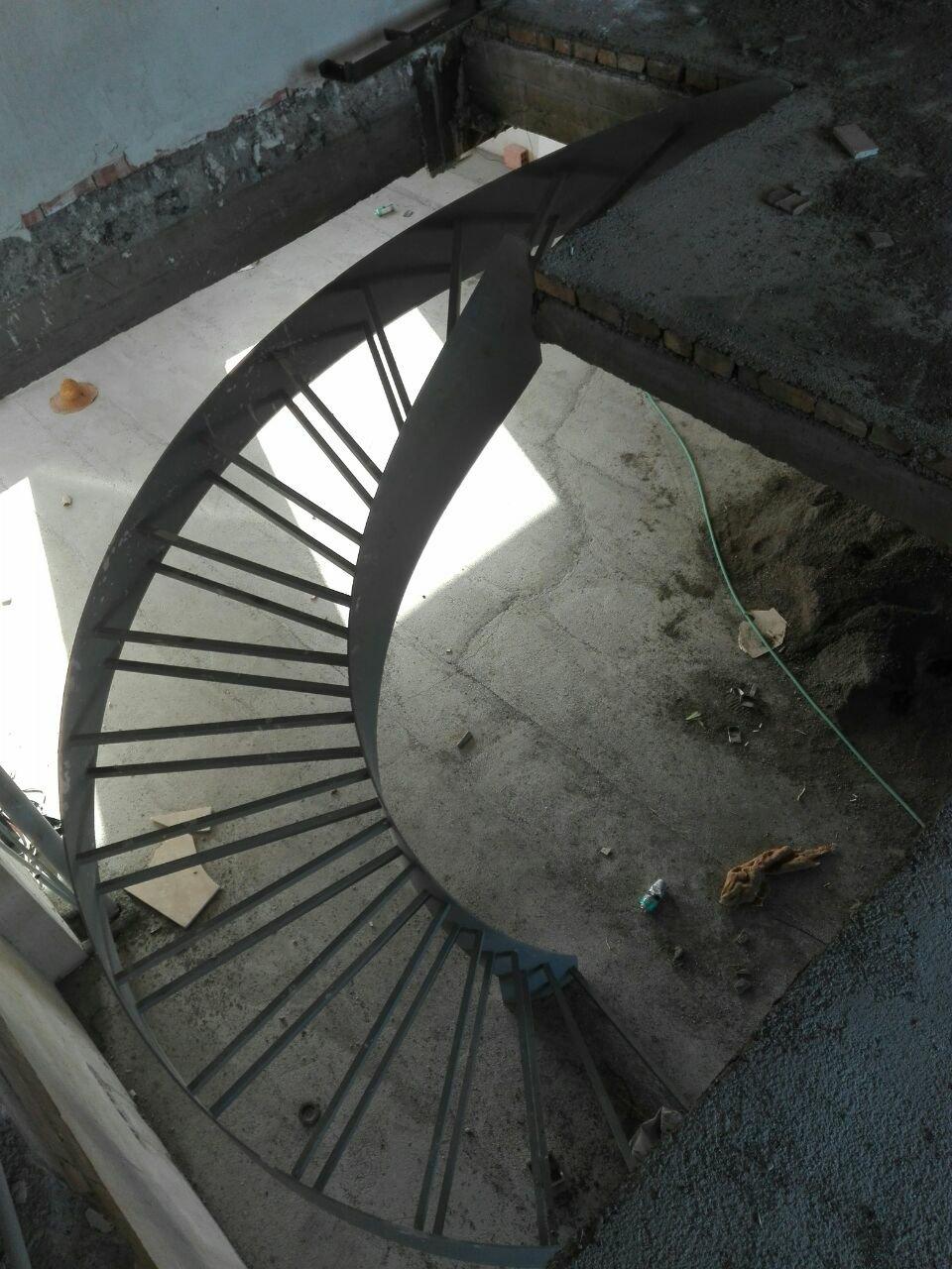 نمای بالا از پله فلزی