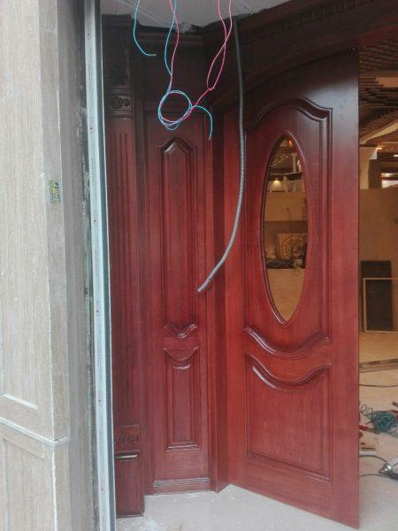 درب چوبی ورودی رستوران