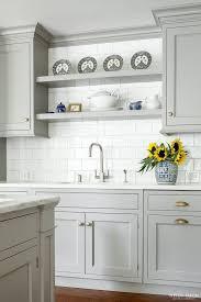 قفسه های چوبی بالا سینک آشپزخانه
