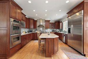 سبک شگفت انگیز آشپزخانه سنتی ، تمام چوب با چوب های محکم و ابزار خورده