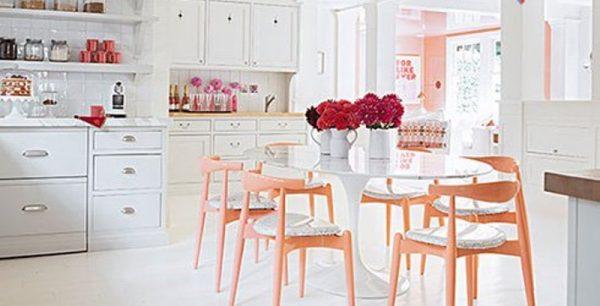 اگر آشپزخانه ای سفیدرنگ دارید با قراردادن چند شاخه گل یک فضای بی نظیری ایجاد کنید