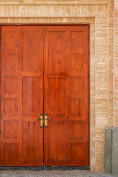 درب چوب با رنگ مرجانی