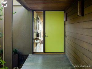 درب چوبی مدرن, درب ورودی زرد رنگ با چهارچوب نوک مدادی