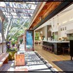 دکوراسیون فضای باز آشپزخانه رو به ایوان و حیاط