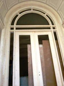 درب تمام چوب با چوب راش ، درب های چوبی آویژه نما برای لابی و ورودی ها ، درب چوبی با چوب راش ، طراحی و ساخت در مدلهای مدرن و کلاسیک به همراه تاج و روکوب و کتیبه.