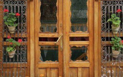 درب سنتی قدیمی با گل میخ و کلون