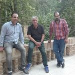 عکس یادگاری از سمت چپ استاد حسن حیدری , استاد هنرمند رضا کیانیان ، فربد حیدری مدیریت گروه فن و هنر