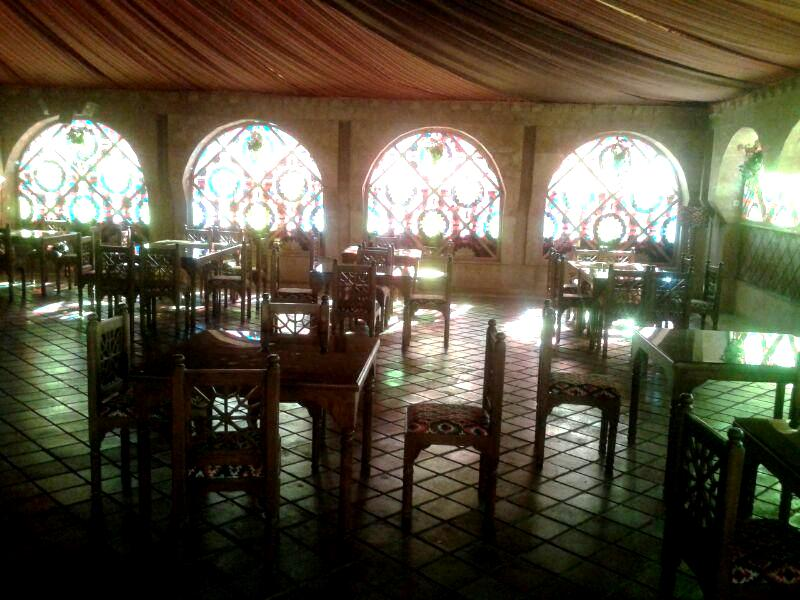 نمای سنتی رستوران , معماری ایرانی با شیشه های رنگی , پنجره سنتی