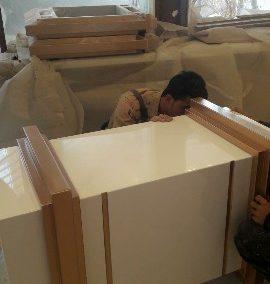 دکوراسیون چوبی مغازه , دکوراسیون داخلی صرافی ، دکوراسیون با رنگ پولیشی و ورق طلا