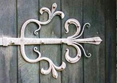 تزئینات فلزی بر روی درب های قدمی