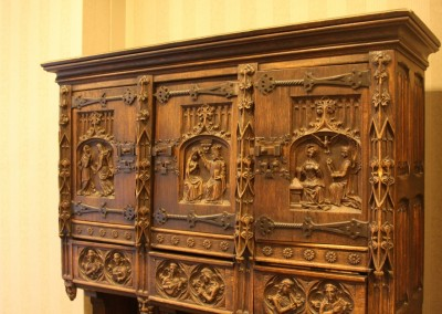wood-carved-furدرب چوبی قدیمی متعلق به یک دکور قدیمی