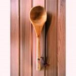 ملاقه چوبی سونا بر روی دیوار لمبه کوبی شده